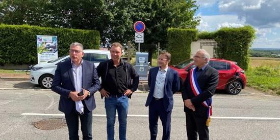 Seine et Yvelines Numérique - Inauguration à Aigremont de la première borne de recharge pour véhicules électriques